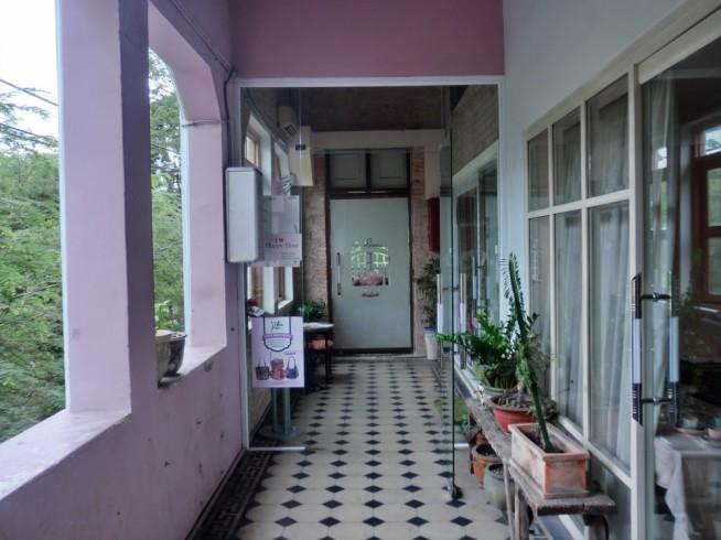 このドアをくぐるとLa Fenetre Soleilです。