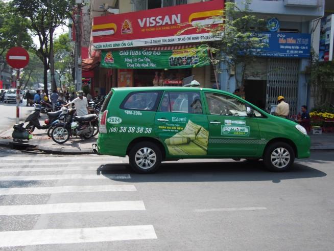 緑の車体のマイリンタクシー(広告入りの車)