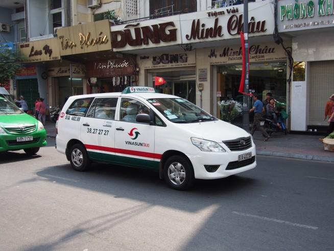 白い車体に緑と赤のラインが目印のビナサンタクシー