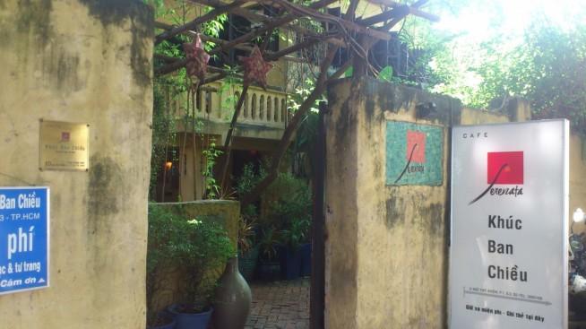 この古い建物見つけたらセレナータカフェです。