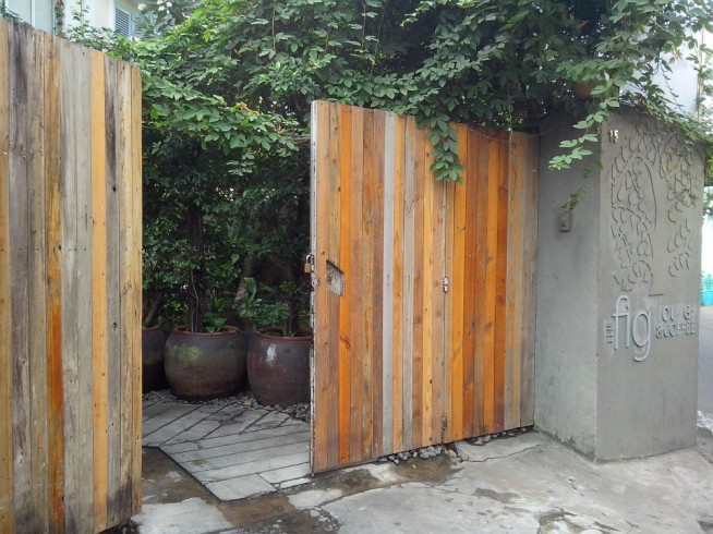 住宅街の小路に位置していますが、この大きな門扉が目印です。