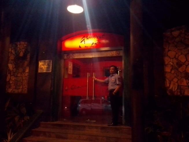 バーの前からとても目立っています。