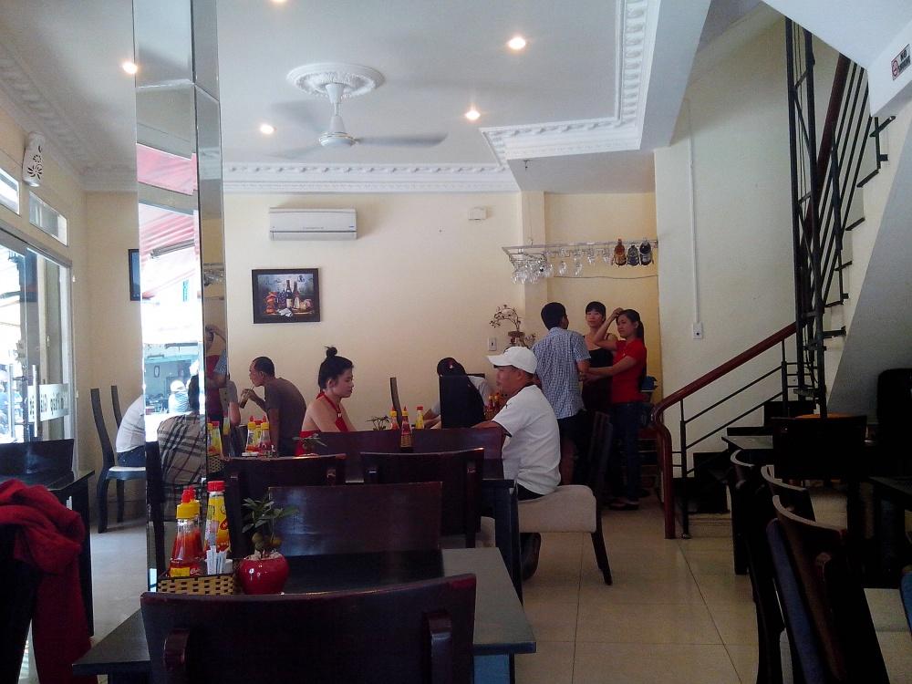 ベトナム料理とフランス料理の中間のような内装です。