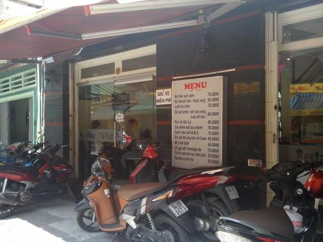 外観からはフランス料理店となかなか気づきません。