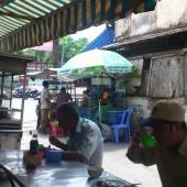 [2013/4/12]路上の食堂に集まる労働者たち
