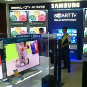 [2013/4/15]ベトナムの電気店に並ぶ薄型テレビ