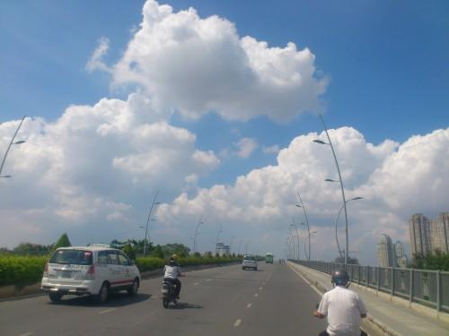 トゥーティエム橋を走るビナスンタクシー