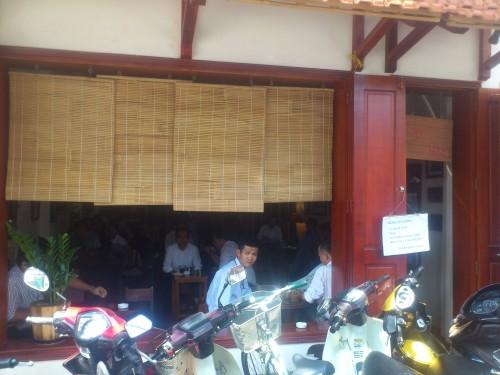 サラリーマンが集まるカフェ