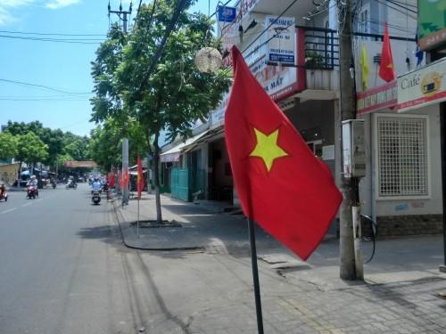 道路に立てられたベトナム国旗