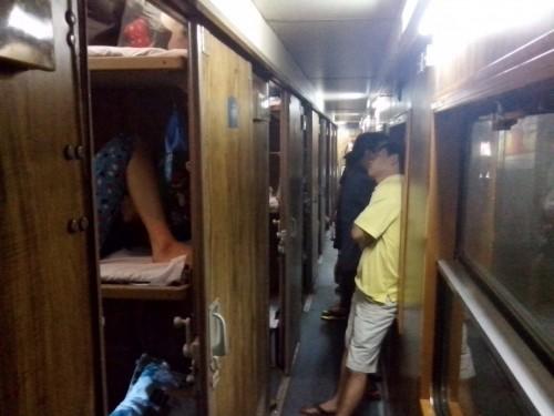 客車内は部屋が並んでいます