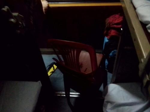 客室に入り込むプラスチック席