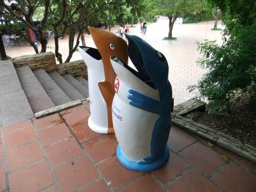ベトナムの遊園地のゴミ箱