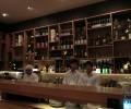 カウンターには様々なお酒が並びます。