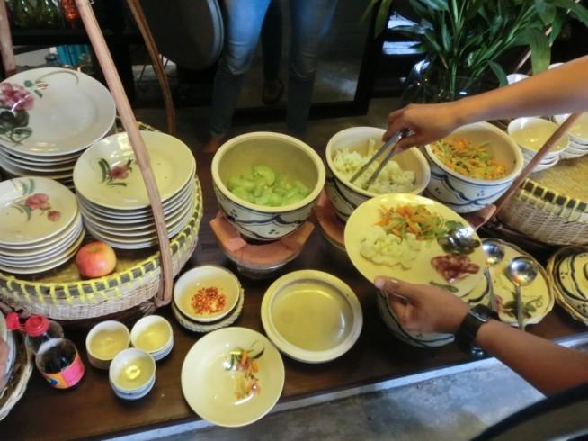 ランチビュッフェでは野菜をたくさん食べられます。メイン料理は別にあります。