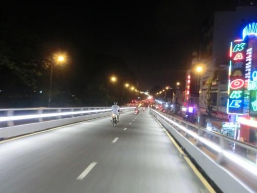 ホーチミンの幹線道路に作られるオーバーパス