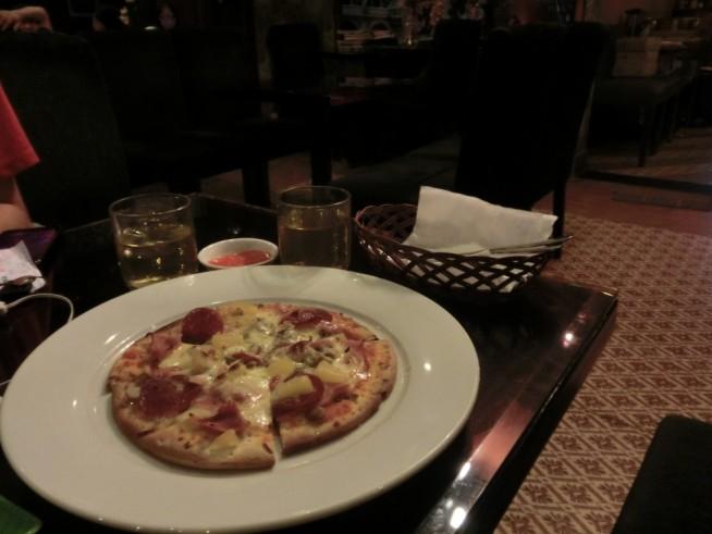 こちらのピザは10万ドン(約450円)。