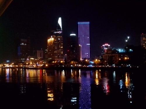 サイゴン川から見たホーチミンの夜景