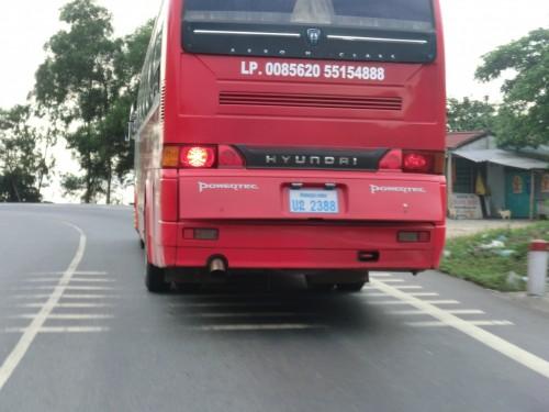 ラオスナンバーのバス