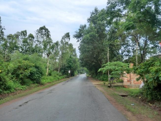 ベトナムの田舎道を進む