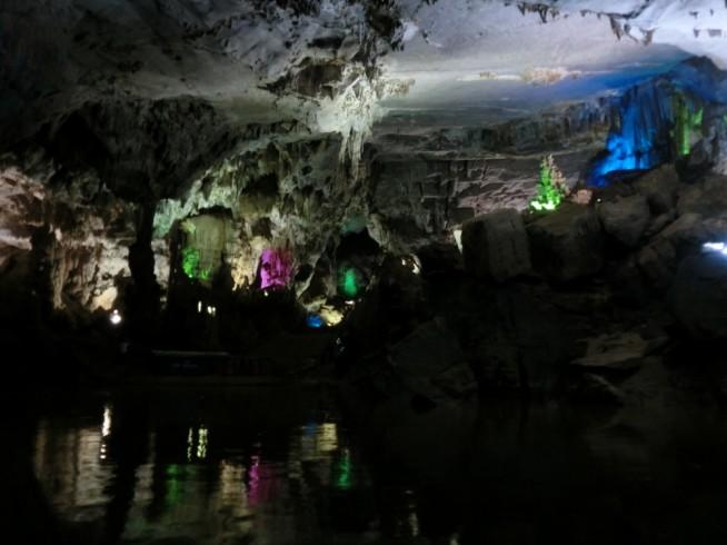 船の上から見た洞窟内
