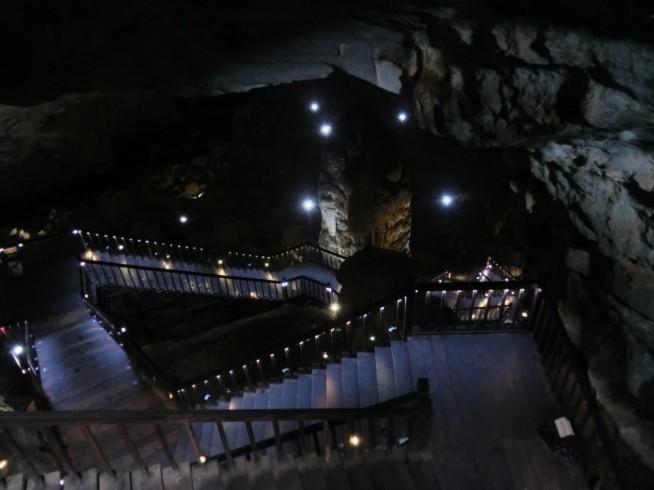 洞窟内の階段