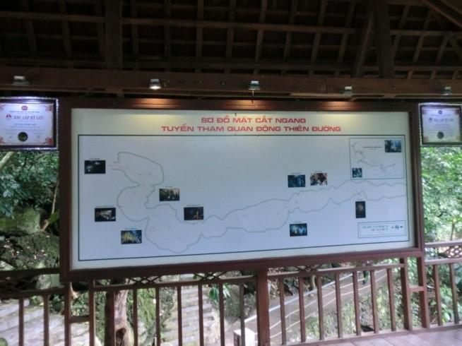洞窟入口にある案内板