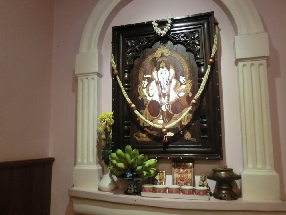 店内にはインドの神様、ガネーシャが飾られています。