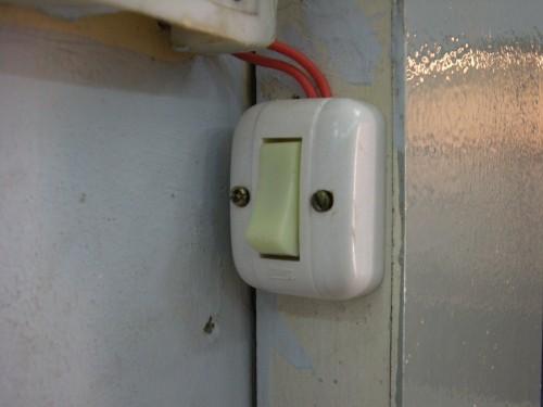[2013/7/4]ベトナムでみかけた電気のスイッチ