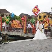 [2013/7/24]ホイアンでウェディング写真の撮影をするカップルたち