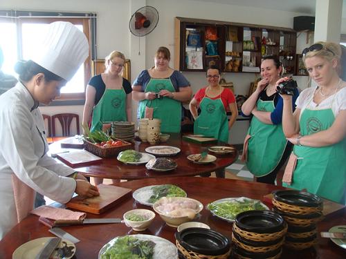 ベトナム料理教室、調理中