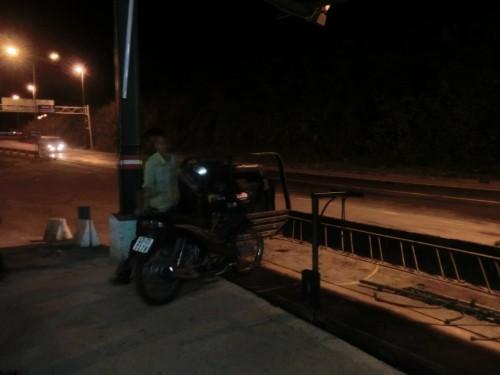 トラックに積まれるバイク