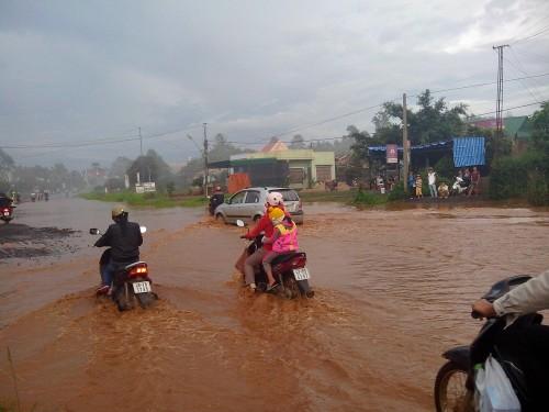 洪水の国道14号線