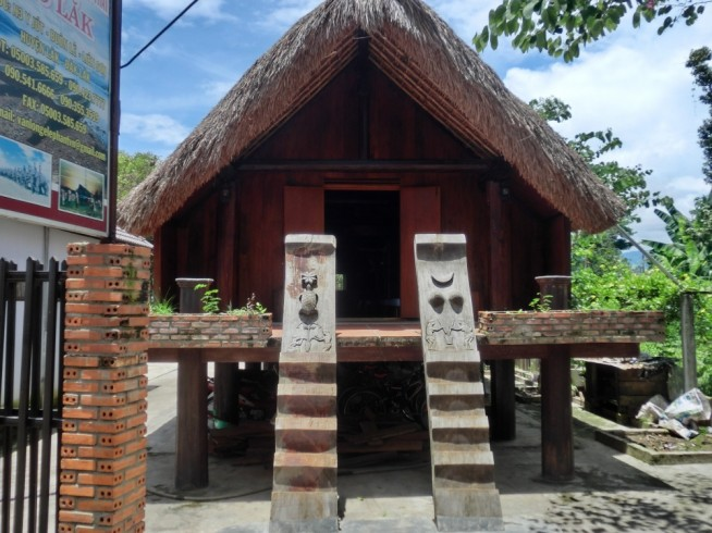 高床式の建物の入口