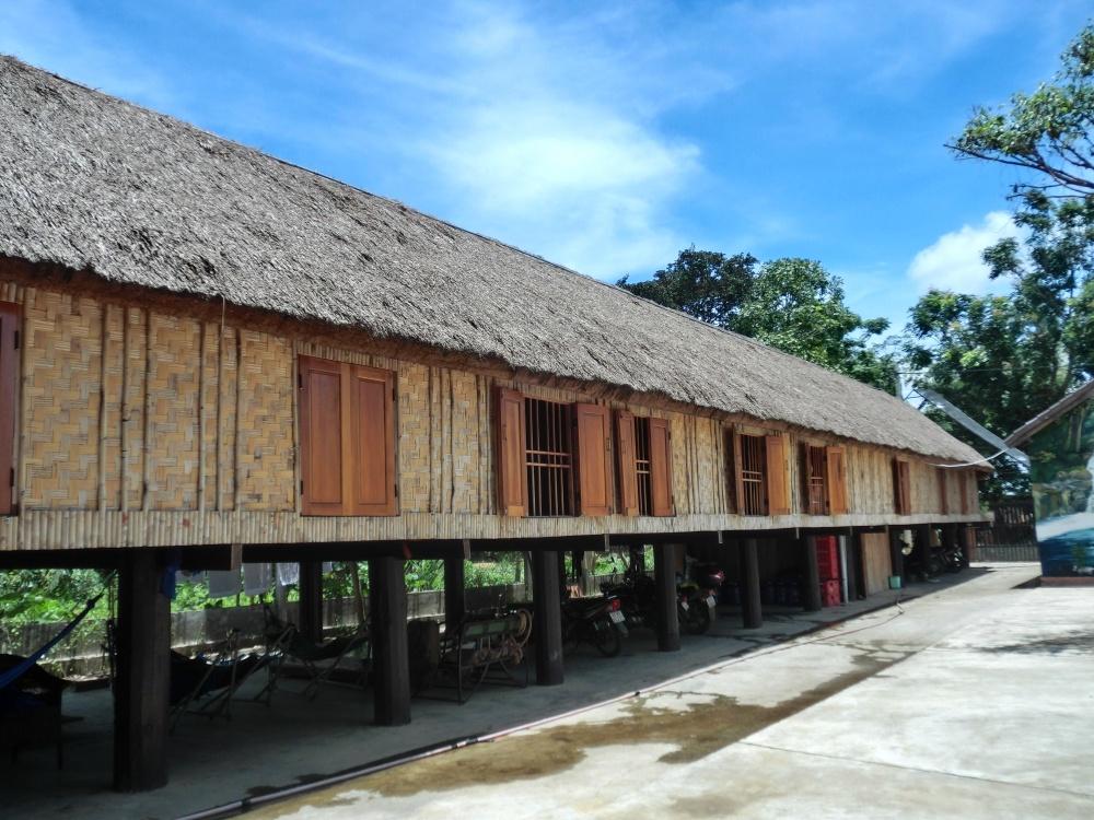 ラック湖でエデ族の伝統的な高床式住居を見学