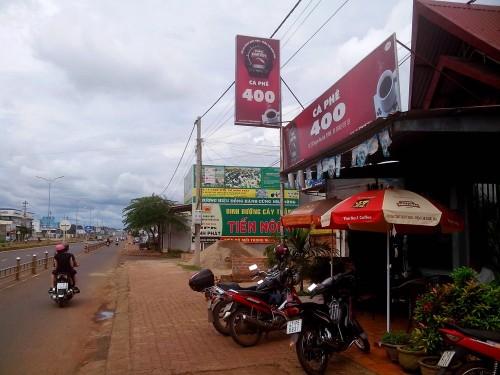 郊外の国道沿いのコーヒーショップ