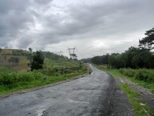 荒れた路面と怪しい雲行き