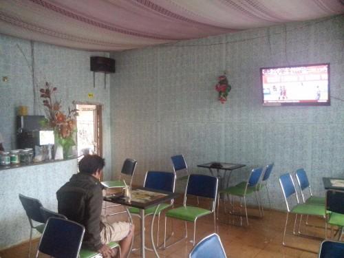 サッカーが流れるカフェ店内