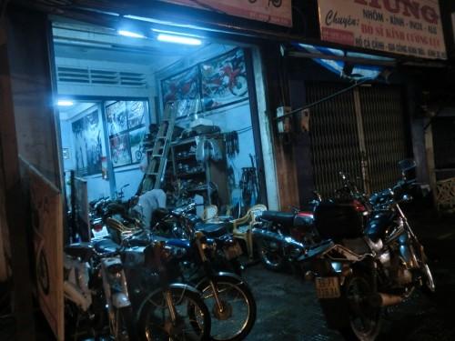 ホンダ67が並ぶバイク屋