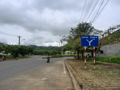 ラオス、カンボジアに向かう看板