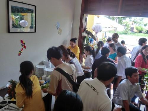 料理に群がる人々