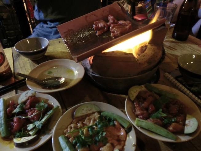 瓦焼きです!並んでいるのは牛肉、ダチョウ肉、ヤギのおっぱい肉。
