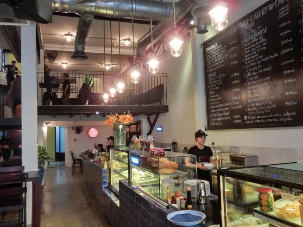 店内は天井が高く広く見えます。