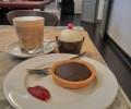 チョコレートタルトとカフェラテで135,000ドン!