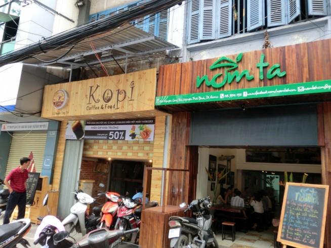 左のお店がKOPIです。