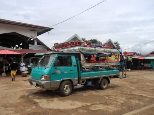 市場にいたラオスローカルバス