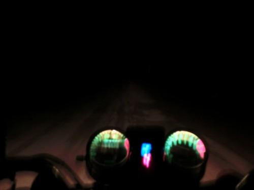 真っ暗なでこぼこ道