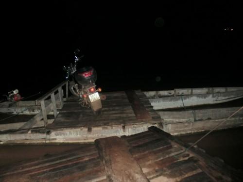 チャムパーサックへの渡し船
