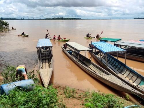 カンボジアへ向かう船