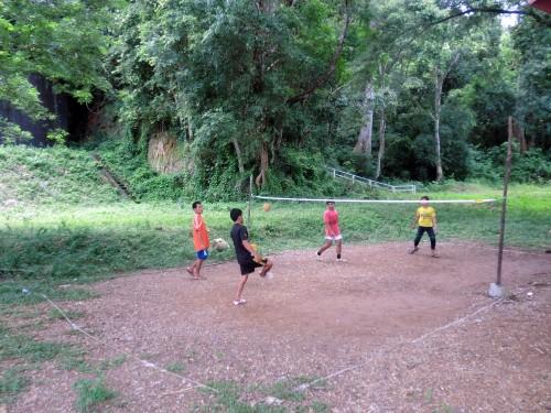 蹴鞠のような遊びをする若者