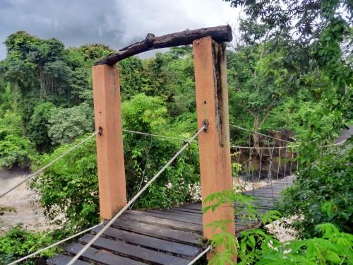 滝へと向かう吊り橋